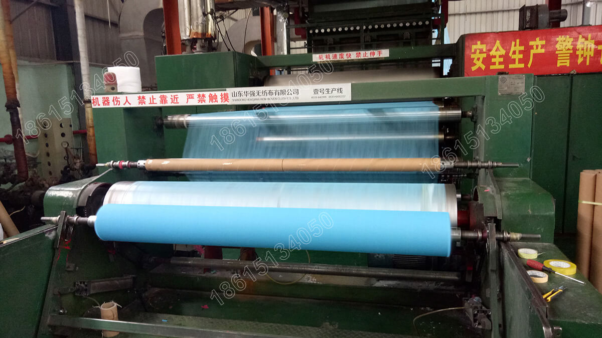 1號(hao)機(ji)藍色無紡布生產中